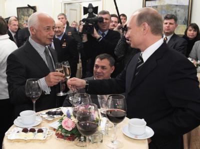 Wladimir Putin stößt während der Feierlichkeiten zu seinem Wahlsieg mit dem Dirigenten Vladimir Spivakov an. Foto: Alexey Druginyn/ Ria Novosti/ Government Press Service
