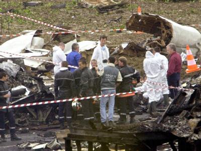 Spezialisten suchen in einem Trümmerfeld in Gonesse in der Nähe des Pariser Flughafens Charles de Gaulle nach Wrackteilen der verunglückten Concorde.Foto: Ferdinand Ostrop/Archiv