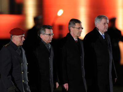 Ex-Bundespräsident Christian Wulff (2.v.r.) kommt zum Großen Zapfenstreich. Foto: Sören Stache