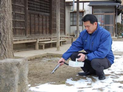 Ein Mann misst mit einem Geigerzähler im Stadteil Watari in der Provinzhauptstadt Fukushima die Strahlung.  Foto: Takehiko Kambayashi