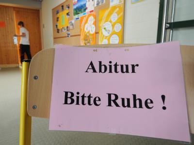 «Abitur - Bitte Ruhe!» steht am 13.05.2011 vor dem Eingang der Turnhalle des Anton-Bruckner-Gymnasiums in Straubing (Niederbayern). Foto: Armin Weigel