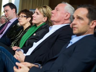 Oliver Luksic (FDP, l-r), Ministerpräsidentin Annegret Kramp-Karrenbauer (CDU), Simone Peter (Die Grünen), Oskar Lafontaine (Die Linke) und Heiko Maas (SPD). Foto: Oliver Dietze/Archiv