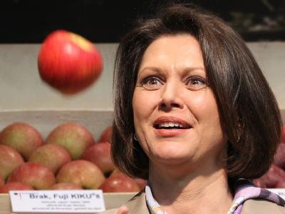 Bundeslandwirtschaftsministerin Ilse Aigner (CSU) jongliert mit einem Apfel. Foto: Wolfgang Kumm/Archiv