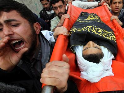 Palästinenser im Gazastreifen trauern um einen zwölfjährigen Jungen, der bei einem israelischen Luftangriff ums Leben gekommen ist. Foto: Mohammed Saber