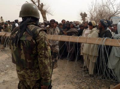 Afghanen sammeln sich außerhalb eines NATO-Lagers in Kandahar nach dem Amoklauf eines US-Soldaten, der mehrere Zivilisten getötet haben soll. Foto: Mustafa Khan
