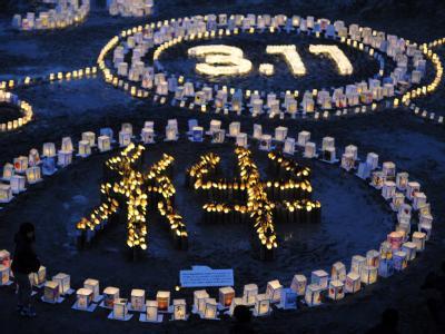 Vor der Grundschule in Natori formen Laternen das Schriftzeichen für «kizuna», auf deutsch «das Band zwischen Menschen». Foto: Franck Robichon