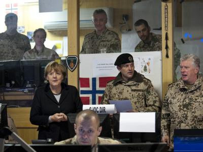 Bundeskanzlerin Merkel informiert sich gemeinsam mit dem Generalinspekteur der Bundeswehr, Volker Wieker (r), im Kommandostand des Lagers in Masar-i-Scharif über die Lage in Afghanistan.  Foto:  Bundesregierung/Steffen Kugler