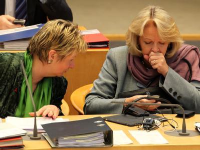 Die nordrhein-westfälische Ministerpräsidentin Hannelore Kraft (SPD) und Schulministerin Sylvia Löhrmann (Grüne). Foto: Roland Weihrauch