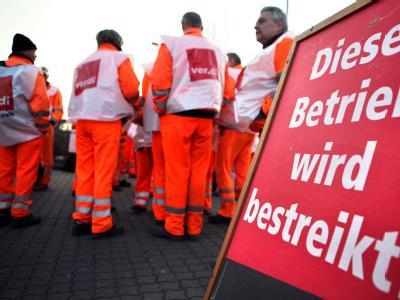 Mitarbeiter der Stadtreinigung Leipzig haben sich am 07.03.2012 zu einem Warnstreik eingefunden. Die Gewerkschaften im öffentlichen Dienst wollen ihre Warnstreiks fortsetzen. Foto: Jan Woitas