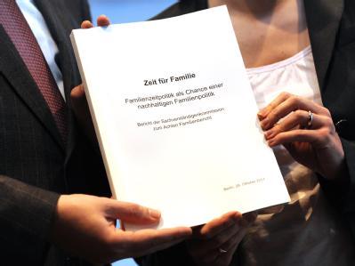Bundesfamilienministerin Kristina Schröder (CDU) nimmt den 8. Familienbericht im Oktober letzten Jahres entgegen. Foto: Rainer Jensen