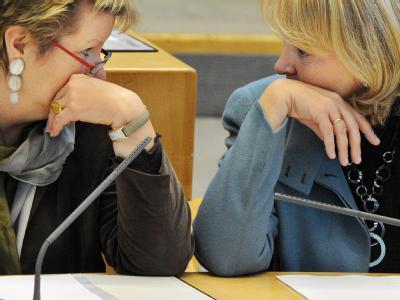 NRW-Ministerpräsidentin Hannelore Kraft (SPD, r) und Schulministerin Sylvia Löhrmann (Grüne) im nordrhein-westfälische Landtag. Foto: Julian Stratenschulte