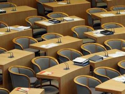 Unterlagen und leere Stühle im Landtag in Düsseldorf. Foto: Federico Gambarini
