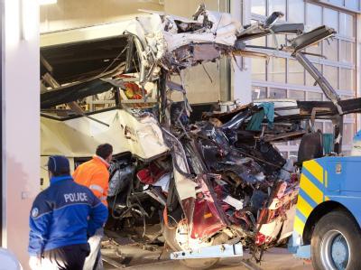 Bergungsarbeiten nach Busunfall: Die Rettungsaktion im Tunnel dauerte die ganze Nacht über an.  Foto: Laurent Gillieron
