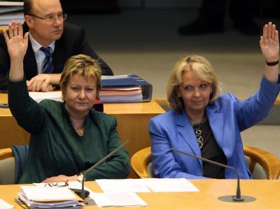 Ministerpräsidentin Hannelore Kraft (SPD, r) und Schulministerin Sylvia Löhrmann (Grüne) stimmen der Auflösung des Landtages zu. Foto: Oliver Berg