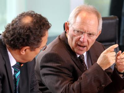 Nur eine Woche nach dem Fiskalpakt treibt die Regierung die Umsetzung weiterer Euro-Hilfen voran. Das schwarz-gelbe Kabinett bringt das Gesetz für den Rettungsschirm ESM auf den Weg: Bundesfinanzminister Wolfgang Schäuble (r.) und Bundesinnenminister Hans