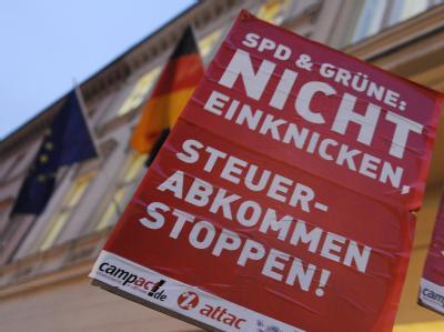 Das geplante Steuerabkommen mit der Schweiz sorgt immer wieder für Streit. Auch vor Beginn eines Finanzministertreffens im März in Berlin protestierten Aktivisten dagegen. Foto: Rainer Jense