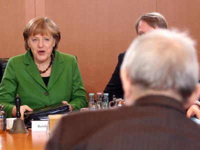 Bundeskanzlerin Angela Merkel (CDU) in der wöchentlichen Kabinettsitzung, ihren Platz ein. Der Regierungschefin gegenüber sitzt Bundesfinanzminister Wolfgang Schäuble (CDU). Foto: Wolfgang Kumm/Archiv