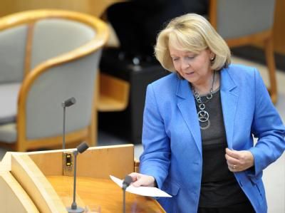 Ministerpräsidentin Hannelore Kraft (SPD) in Düsseldorf im Plenarsaal am Rednerpult. Foto: Federico Gambarini