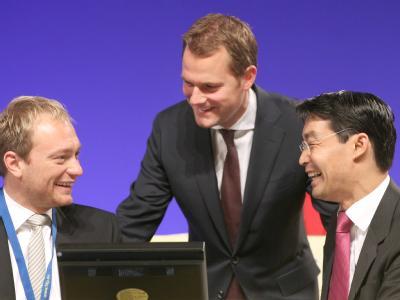 FDP-Chef Rösler (r), mit Generalsekretär Lindner (l) und Gesundheitsminister Bahr (M) am 14.05.2011 beim Bundesparteitag in Rostock. Jetzt braucht die FDP eine neue Lichtgestalt. Foto: Wolfgang Kumm
