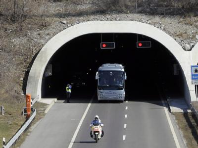 Ein Bus bringt Angehörige der Unfallopfer zum Unglücksort. Foto: Olivier Maire
