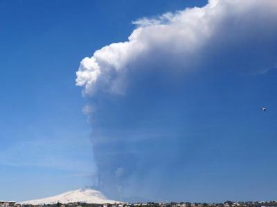 Der Ätna ist erneut ausgebrochen. Er ist mit 3350 Metern der höchste noch aktive Vulkan Europas. Foto: Orietta Scardino