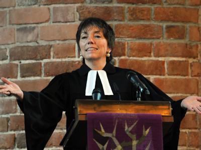 Die Ex-Bischöfin Margot Käßmann predigt erstmals seit ihrem Rücktritt wieder in Hannover in ihrer ehemaligen Heimatkirche. Foto: Peter Steffen