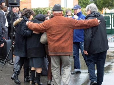 Angehörige der Opfer verlassen die jüdische Schule in Toulouse. Foto: Eric Cabanis