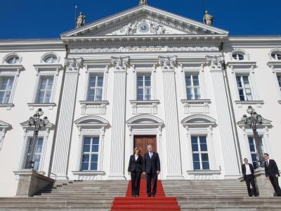 Bundespräsident Joachim Gauck mit seiner Lebensgefährtin Daniela Schadt vor der Amtsübergabe im Schloss Bellevue.  Foto: Michael Kappeler