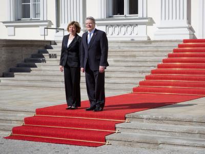 Im Sonnenschein: Das neue Präsidentenpaar, Joachim Gauck mit seiner Lebensgefährtin Daniela Schadt, vor dem Schloss Bellevue in Berlin. Foto: Michael Kappeler