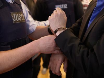 Dem Angeklagten werden im Gerichtssaal des Koblenzer Oberlandesgerichts die Handschellen abgenommen. Foto: Thomas Frey