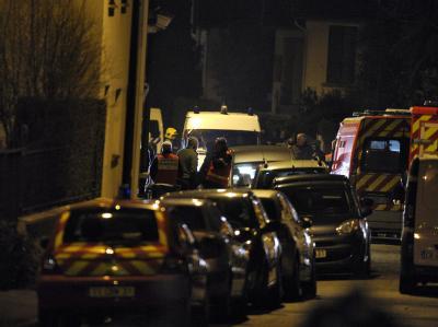 Alle Straßen um das Wohnhaus des mutmaßlichen Serienmörders sind abgeriegelt. Foto: Yoan Valat