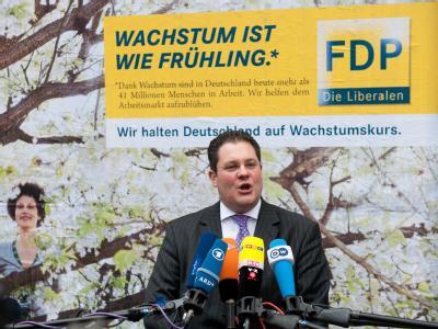Patrick Döring stellt sich vor einem Plakat seiner Partei am Thomas-Dehler-Haus in Berlin den Fragen von Journalisten. Foto: Sebastian Kahnert/Archiv