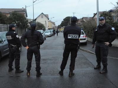 Polizisten sichern das Gel�nde