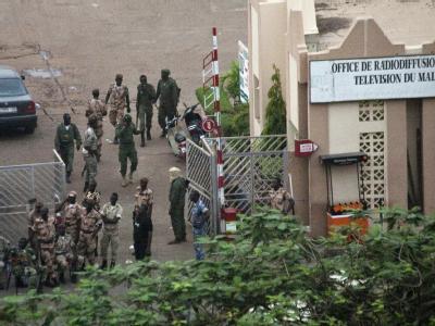 Soldaten vor dem staatlichen Sender: In Mali haben Militärs die Macht an sich gerissen. Foto: Malin Palm