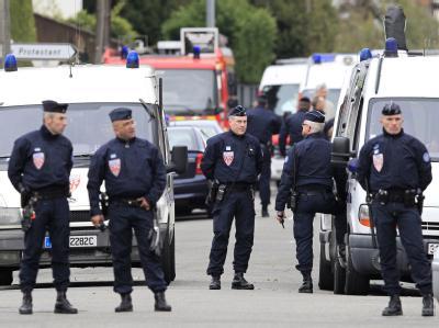 Polizisten haben alle Straßen um die Wohnung des mutmaßlichen Mörders abgeriegelt. Foto: Guillaume Horcajuelo