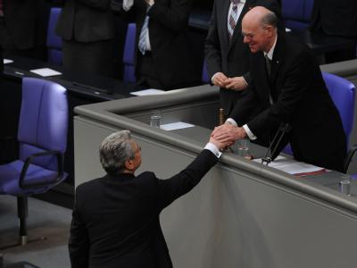 Bundespräsident Joachim Gauck (unten) bedankt sich nach seiner Rede bei Bundestagspräsident Norbert Lammert. Foto: Rainer Jensen