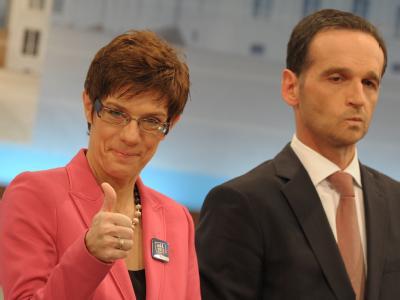 Annegret Kramp-Karrenbauer (CDU) und Heiko Maas (SPD) nach der Bekanntgabe der Wahlergebnisse. Foto: Boris Roessler