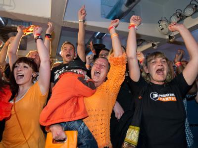 Jubel bei der Piraten-Wahlparty nach Bekanntgabe der ersten Hochrechnungen. Foto: Uwe Anspach