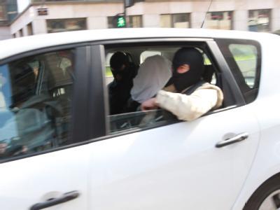 Abdelkader Merah (M, unter dem Tuch) wird zum Verhör gefahren. Nach der Mordserie in Toulouse ermittelt die französische Staatsanwaltschaft jetzt auch gegen den Bruder des Attentäters. Foto:Lejuene/Maxppp