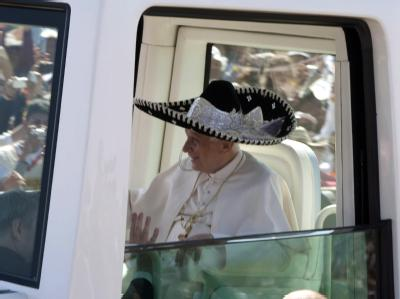 Der Papst präsentiert sich den mexikanischen Gläubigen stilecht mit Sombrero. Foto: Jorge Nunez