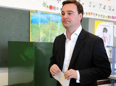 Oliver Luksic, Spitzenkandidat der FDP. gibt bei der Landtagswahl im Saarland seine Stimme ab. Foto: Oliver Dietze