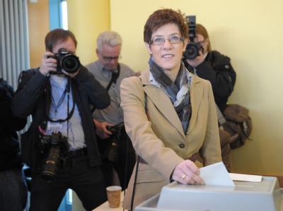 Annegret Kramp-Karrenbauer gibt bei der Landtagswahl im Saarland ihre Stimme ab. Foto: Boris Roessler