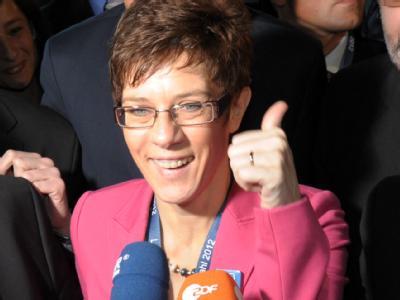 Annegret Kramp-Karrenbauer, Spitzenkandidatin der CDU bei der Landtagswahl im Saarland,  freut sich über das Wahlergebnis. Foto: Boris Roessler