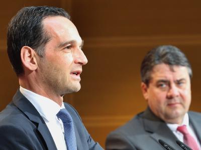 Der Spitzenkandidat der SPD im Saarland, Heiko Maas, und der Vorsitzende der SPD, Sigmar Gabriel (r) im Willy-Brandt-Haus in Berlin. Foto: Wolfgang Kumm