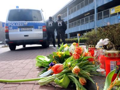 Blumen und Kerzen erinnern vor dem Tatort an die ermordete Elfjährige. Foto: Ingo Wagner