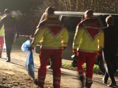 Einsatzkräfte von Polizei und Feuerwehr Anfang Januar am Ufer des Tollensesee bei Neubrandenburg. Foto: Susan Ebel
