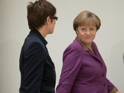 Angela Merkel und Saarlands Ministerpräsidentin Annegret Kramp-Karrenbauer bei einer Pressekonferenz in Berlin. Foto: Michael Kappeler