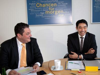 Der FDP-Vorsitzende Philipp Rösler (r) und der designierte FDP-Generalsekretär Patrick Döring. Foto: Herbert Knosowski