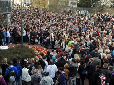 Trauer in Emden: Menschen aus ganz Ostfriesland gedenken vor dem City-Parkhaus in Emden des ermordeten elfjährigen Mädchens. Foto: Ingo Wagner