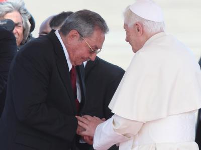 Papst Benedikt wird in Kuba von Präsident Raul Castro begrüßt. Foto: Alejandro Ernesto